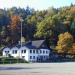 Bilder: Sportheim TuS Erfweiler mit altem Hartplatz, rechts Plan des Sportgeländes