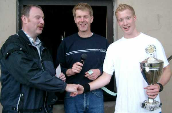 """Straßenmeisterschaft 2004: v.l. Walter Schwartz (neuer Bürgermeister), TuS Vorstand Klaus Hirschinger, Matthias Hirschinger von den Gewinnern """"Erf-City"""" Jugend"""