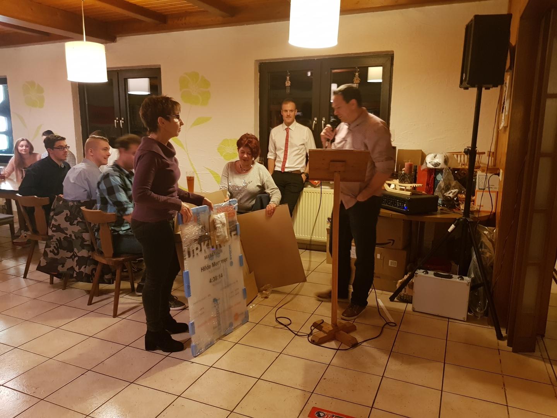 Lupi ehrt Hilde für ihren ersten Marathonlauf